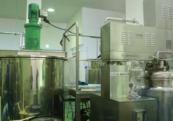 シアバターやコクムバターを混ぜ合わせる機械
